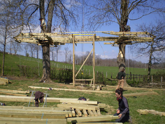 construction de la cabane dans l 39 arbre la ferme des bassets. Black Bedroom Furniture Sets. Home Design Ideas